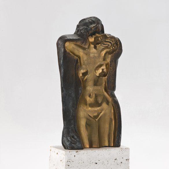 Huella femenina, 1989. Bronce y roca trabertina, 35 x 14 x 8 cm.