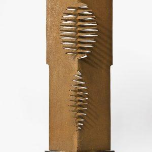 Sin título, 2000. Hierro y mármol, 62 x 22 x 22 cm.
