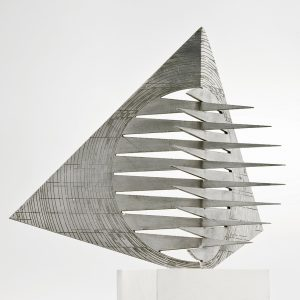Sin título, 2000. Aluminio y piedra, 46 x 41 x 41 cm.
